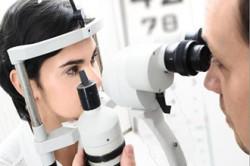 Осмотр у офтальмолога для профилактики ретинопатии
